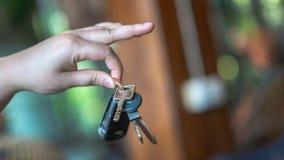 Hand, die einen Auto-Schlüsselring hält lizenzfreies stockbild