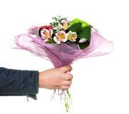 Hand, die einen Blumenstrauß hält Lizenzfreies Stockfoto