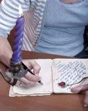 Hand, die einen Brief schreibt Stockbilder