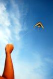 Hand, die einen Drachen anhält Lizenzfreies Stockbild