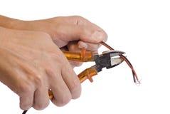 Hand, die einen Drahtschneider anhält Lizenzfreies Stockbild