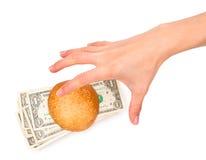 Hand, die einen Geld-angefüllten Burger stiehlt Stockbild