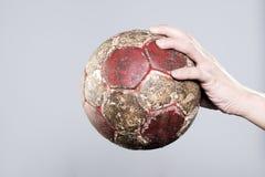 Hand, die einen Handball hält Lizenzfreie Stockfotos