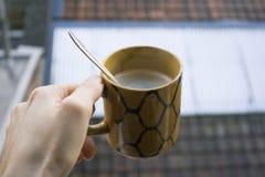 Hand, die einen heißen Tasse Kaffee hält lizenzfreie stockfotos