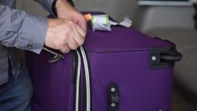 Hand, die einen Laufkatzen-Koffer öffnet stock video footage