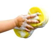 Hand, die einen Reinigungsschwamm hält Stockbild