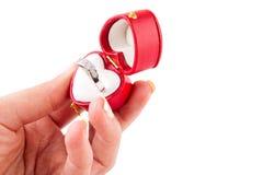 Hand, die einen Ring zeigt Stockfotografie