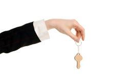 Hand, die einen Schlüssel hält. Stockfotos