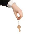 Hand, die einen Schlüssel hält. Lizenzfreie Stockfotografie