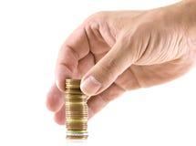 Hand, die einen Stapel von den Münzen bildet Lizenzfreies Stockfoto