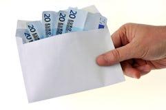 Hand, die einen Umschlag mit zwanzig Eurobanknoten hält lizenzfreies stockfoto