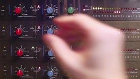 Hand, die Einstellungen auf einem Audiokompressor justiert stock video footage