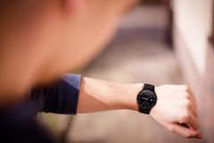 Hand die elegante zwarte smartwatch dragen Royalty-vrije Stock Fotografie