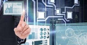 Hand die en met de panelen van de technologieinterface raken in wisselwerking staan stock fotografie