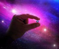 Hand, die Erde im Raum hält Lizenzfreie Stockfotos