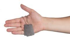 Hand, die Erkennungsmarken hält Stockbild