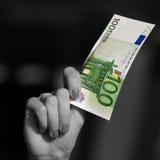 Hand die Euro bankbiljet houden Stock Foto's