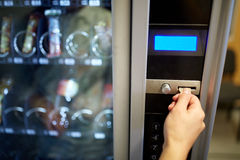 Hand die euro muntstuk opnemen aan automaatgroef stock afbeeldingen
