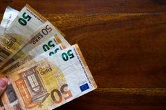 Hand, die Eurobanknoten anhält lizenzfreie stockbilder