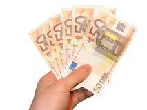 Hand, die fünfzig Euroanmerkungen anhält stockfoto