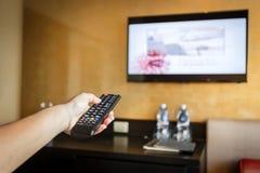 Hand, die Fernsehen Fernsteuerungs hält Stockbilder