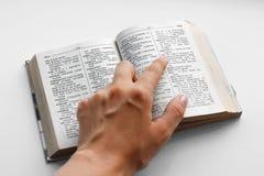 Hand, die Finger auf das englisch-russische Wörterbuch zeigt Abschluss oben lizenzfreies stockbild