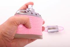 Hand, die Frauen Parfüm hält lizenzfreies stockfoto
