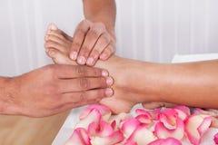 Hand, die Fuß im Badekurort massiert Stockfotografie