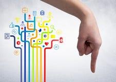 Hand, die gegen digital erzeugte Verbindungsikonen zeigt lizenzfreies stockfoto
