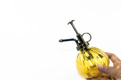 Hand, die gelbes Sprayglasflaschenisolat hält Lizenzfreies Stockfoto