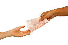 Hand die geld geven aan andere hand Stock Foto