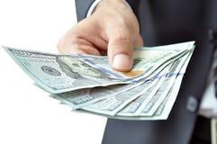 Hand die geld geven de Dollars (USD) rekeningen - van Verenigde Staten Stock Afbeeldingen