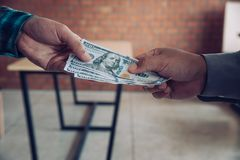 Hand die geld geven - de Dollars van Verenigde Staten Hand die geld ontvangen Stock Foto