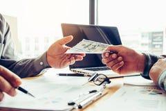 Hand die geld geven - de Dollars van Verenigde Staten Hand die geld ontvangen Royalty-vrije Stock Foto