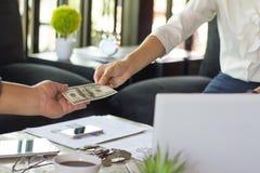 Hand die geld geven - de Dollars van Verenigde Staten of USD, Handreceivi Stock Afbeeldingen