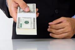 Hand, die Geld gibt Stockfotografie