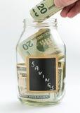 Hand die geld opnemen in besparingskruik of bank Stock Afbeeldingen