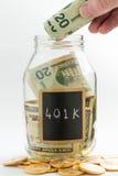 Hand die geld opnemen in besparingskruik of bank Royalty-vrije Stock Foto's