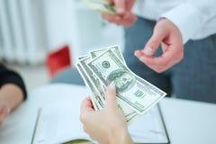Hand die geld van zakenman ontvangen Stock Foto's