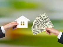 Hand die geld voor huisvesting geeft Stock Fotografie