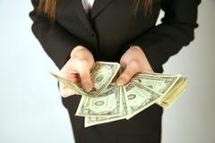 Hand, die Geld zählt lizenzfreie stockfotografie
