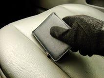 Hand, die Geldbörse auf Front Seat hält Lizenzfreie Stockfotos