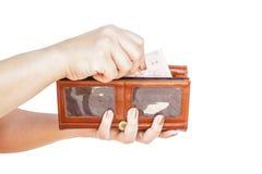 Hand, die Geldbörsenfrauen hält Stockbild