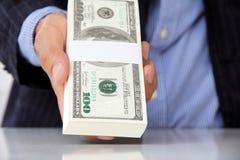 Hand die geldconcept geeft stock afbeelding