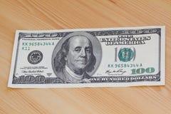 Hand, die Gelddollar anhält Lizenzfreie Stockfotos