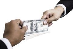 Hand, die Gelddollar von der Geschäftsmannhand empfängt Getrennt auf weißem Hintergrund lizenzfreie stockbilder