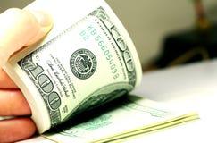 Hand, die Gelddollarnahaufnahme zählt Lizenzfreies Stockfoto