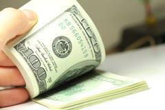 Hand, die Gelddollarnahaufnahme zählt Stockfoto