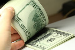 Hand, die Gelddollarnahaufnahme zählt Stockbilder