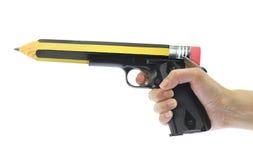 Hand, die Gewehr mit Bleistiftpunkt hält Lizenzfreie Stockfotos